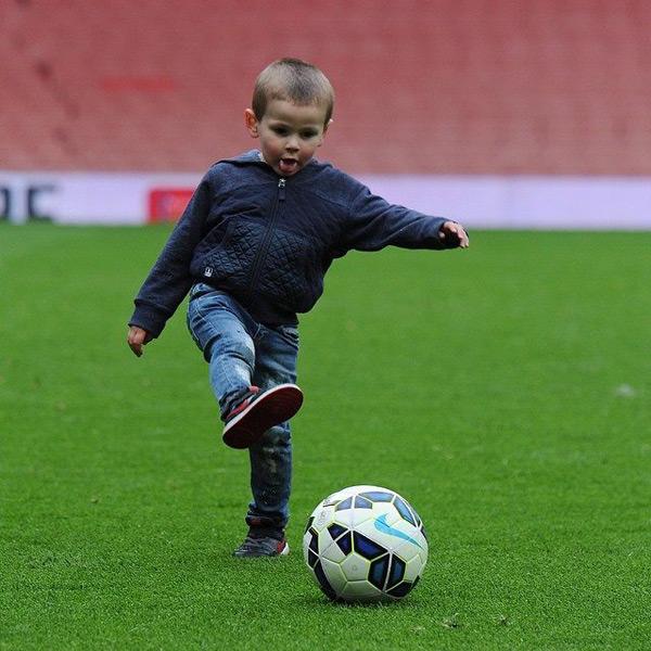 Trên Facebook, ông bố trẻ Jack Wilshere khoe ảnh cậu con trai đầu lòng Archie đang đá bóng