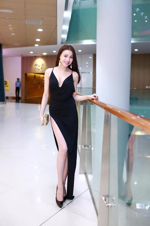 Cùng với những mẫu váy hai dây trắng theo phong cách váy ngủ của mùa thời trang trước, váy hai dây ở mùa mới được kết hợp những đường cắt xẻ mạnh tay nhằm giúp người mặc trở nên gợi cảm hơn, đơn của như mẫu váy sexy của Trà Ngọc Hằng.