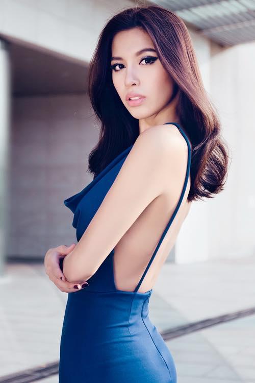 """Siêu mẫu Minh Tú khoe lưng ong mượt mà với thiết kế váy xanh coblat, chi tiết hở lưng kết hợp hai dây quai mảnh khiến mẫu váy trở nên """"đắt giá"""" hơn."""