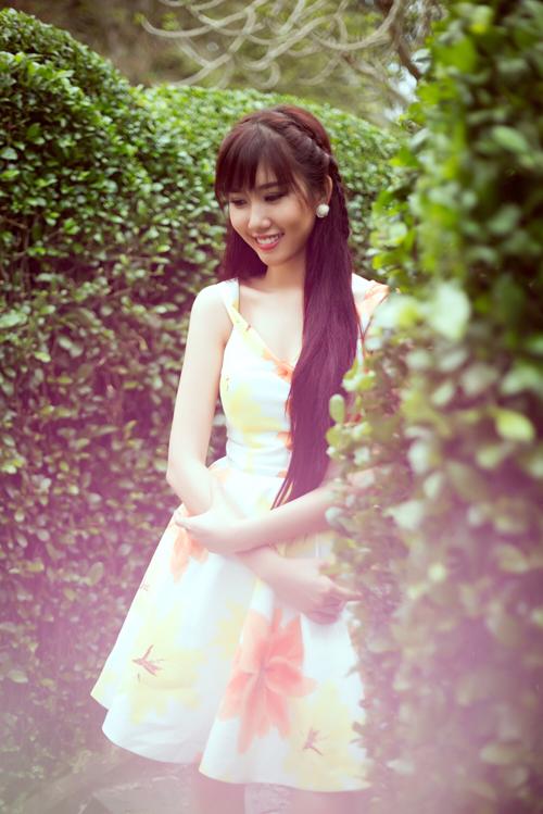 Người mẫu Thúy Ngân chọn váy hai dây theo phom dáng váy xòe cổ điển để mang lại hình ảnh gợi cảm và trẻ trung cho mình trong những ngày đầu hè.