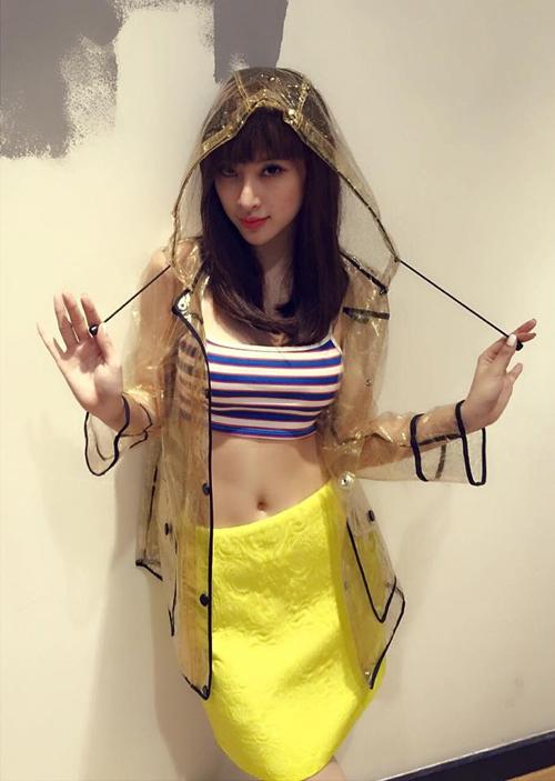 Áo hai dây chất liệu thun theo phom dáng thể thao được Angela Phương Trinh mix cùng chân váy bút chì có sắc vàng rực rỡ.