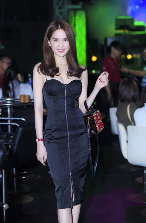 Ngọc Trinh với mốt váy hai dây của xu hướng thời trang mùa hè 2015 với cách phối hợp vải lụa, ren đen và chi tiết dây kéo khóa vô cùng ấn tượng kéo dài trên thân váy.