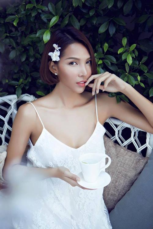 Mốt slip dress (váy ngủ) thịnh hành của mùa hè 2014 tiếp tục được Minh Triệu yêu thích và chọn lựa sử dụng trong những ngày đầu mùa thời trang xuân hè 2015.