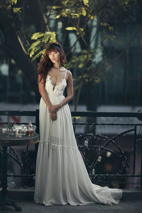 Thiết kế váy hai dây mảnh dẻ trên tông màu trắng thanh nhã của mẫy váy mang lại sự gợi cảm và quyến rũ nhẹ nhàng cho siêu mẫu Hà Anh.