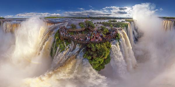 Thác Iguazu nằm giữa biên giới Arghentina và Brazil.