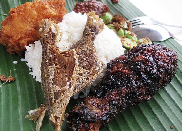 Cơm nấu với nước cốt dừa ăn cùng gà đen giòn ngọt, cá chiên và sambal cay khó cưỡng.