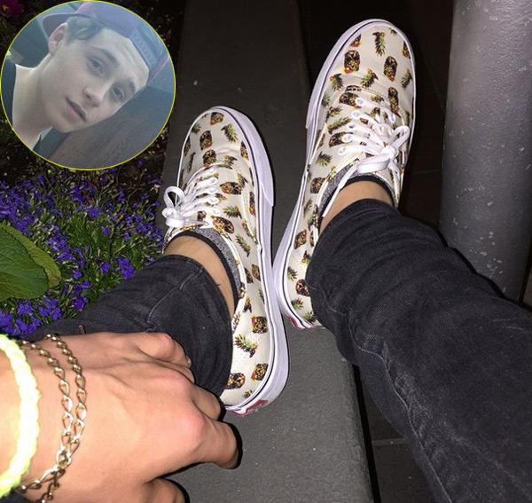 Brooklyn, cậu cả nhà Becks hút 'like' và bình luận khi khoe đôi giày có họa tiết khá nữ tính.