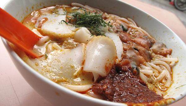 Món mỳ laska ở đường Sungei chỉ cần dùng muỗng (thìa to) để xúc ăn chứ không cần đến đũa.