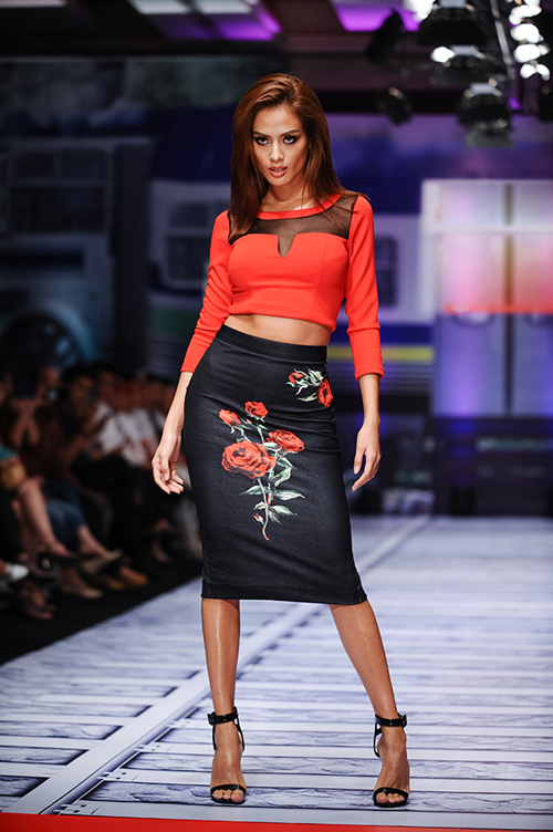 Áo thun thiết kế hở eo kết hợp cùng short, chân váy bút chì, quần suông ống rộng, quần skinny là những gợi ý thú vị của những nhà mốt Việt dành cho phái đẹp.