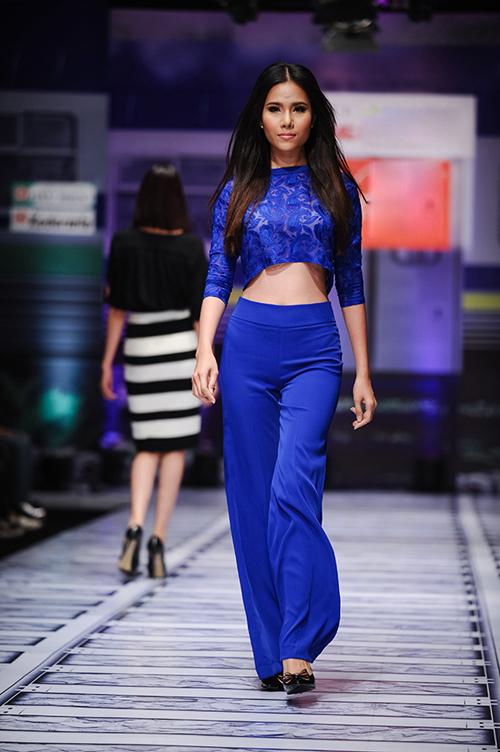 Những tông màu hợp mốt như: xanh cobalt, trắng, đen, họa tiết hoa hồng cũng được giới thiệu trong các mẫu trang phục mới.