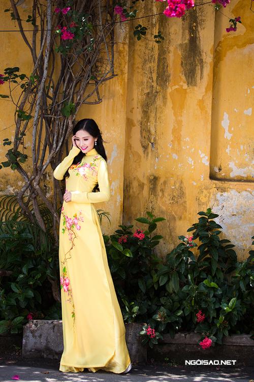 Khánh Hiền dịu dàng với áo dài cưới vẽ hoa
