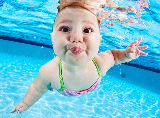Biểu cảm thích thú, hài hước của bé khi bơi dưới nước