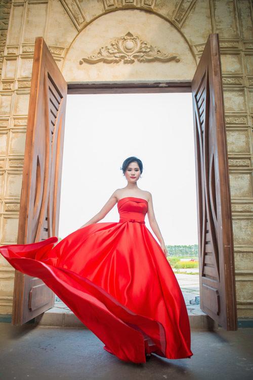 Đầm dạ hội bay bổng cho quý cô thêm nổi bật