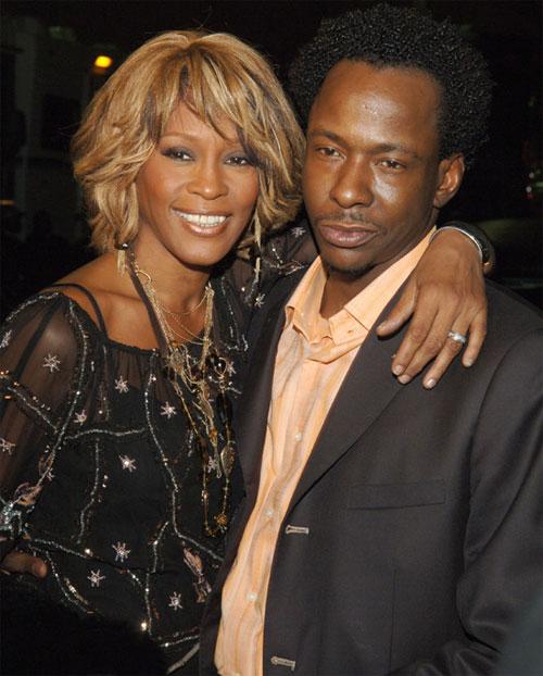 Trong 15 năm chung sống với Bobby Brown, Whitney Houston luôn bị đánh đập dã man.  Đã không ít lần cô phải nhờ đến sự can thiệp của cảnh sát và bác sĩ nhưng tình trạng này không hề chấm dứt.  Dù bị hành hung nhưng Whitney vẫn âm thầm chịu đựng vì nữ diva rất yêu Bobby nên không nỡ ly dị chồng.  Nữ ca sĩ quá cố ngây thơ tin rằng, với tình yêu chân tình của mình, người chồng vũ phu sẽ thay đổi.