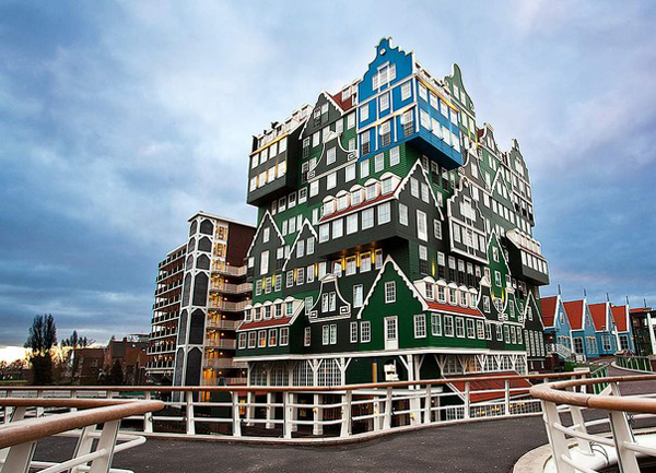Lấy cảm hứng kiến trúc từ những ngôi nhà truyền thống của vùng Zaan, mặt tiền của khách sạn Innel có màu xanh lá cây với rất nhiều cửa sổ.