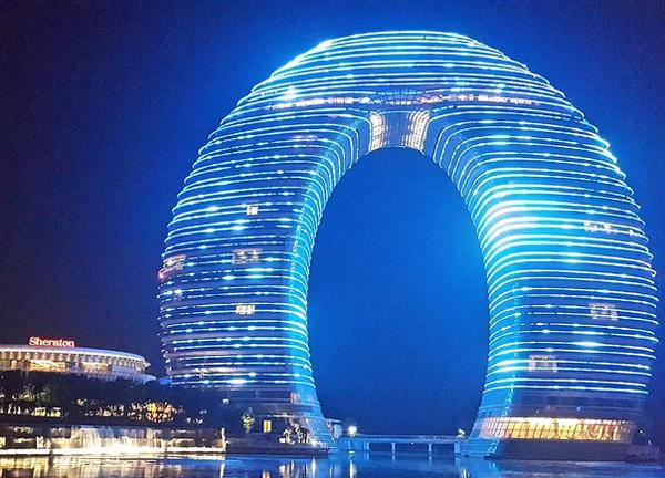 Khách sạn Sheraton nằm trong khu resort mùa xuân cao cấp ở Hồ Châu có một cây cầu trên mặt nước kết nối hai toàn tháp của khách sạn.