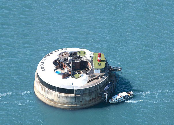 Pháo đài trên biển này đã được chuyển thành khách sạn tư nhân sang trọng với một hồ bơi nước nóng trên sân thượng cùng các phòng tắm xông hơi đẳng cấp bên dưới.