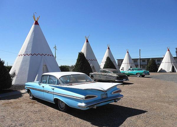 Chịu ảnh hưởng của văn hóa người Mỹ bản địa, nhà đầu tư Frank Redford đã bắt đầu xây dựng những nhà nghỉ kiểu lều của người da đỏ trên khắp nước Mỹ trong những năm 1930.