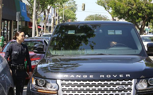 Khi đỗ xe chờ chồng mua nước uống, Vic bị một cảnh sát