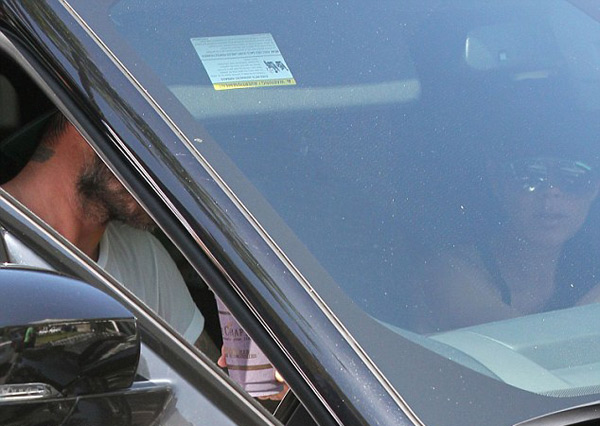 Ít phút sau, Becks chạy từ cửa hàng bán đồ giải khát ra, nhanh chóng lên xe cùng vợ về nhà.
