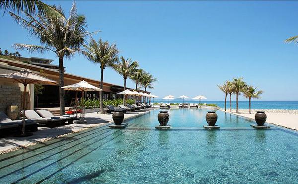 Hồ bơi ngoài trời ở Mia resort Nha Trang.