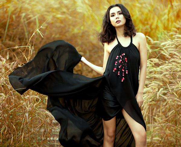 Lại Thanh Hương - người mẫu phong cách đã thể hiện chút hoang dại, cảm xúc phóng khoáng trong BST này.