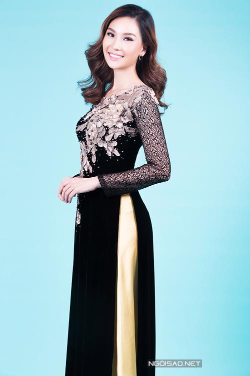 Siêu mẫu Thùy Linh chọn áo dài cho mẹ uyên ương