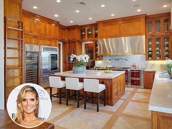 Gian bếp được bố trí hài hòa, đẹp mắt với không gian rộng rãi, thoáng  mát trong biệt thự cũ của siêu mẫu Heidi Klum. Dinh thự lung linh được   người đẹp rao bán từ năm ngoái với giá cao ngất ngưởng, 25 triệu USD.