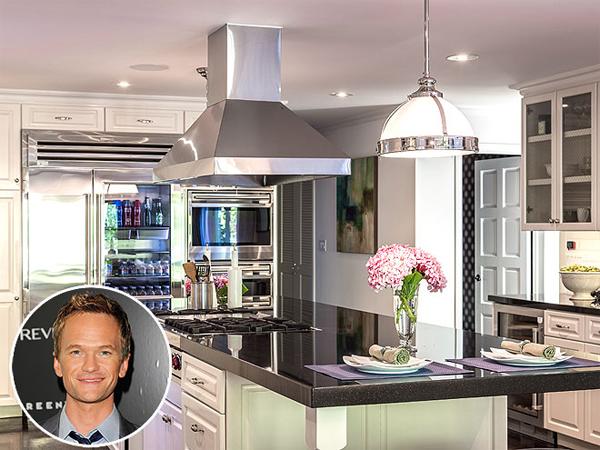 Bếp ăn trong căn hộ 6 phòng ngủ của Neil Patrick Harris và bạn đời đồng  giới ở Los Angeles có diện tích khiêm tốn nhưng không kém phần sang   trọng, tinh tế.