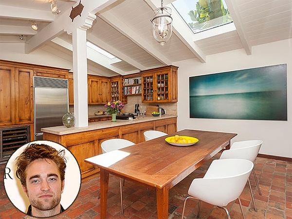 Robert Pattinson trước đây chỉ thuê khách sạn vì thường xuyên phải di  chuyển nhưng gần đây chàng ma cà rồng đã chi hơn 2 triệu USD thiết kế   một căn hộ riêng tọa lạc ở Hollywood Hills. Ngôi sao Chạng vạng đặt nơi   nấu nướng nằm trên tầng áp mái, lấy ánh sáng qua lỗ cửa sổ được trổ   ngay trên mái.