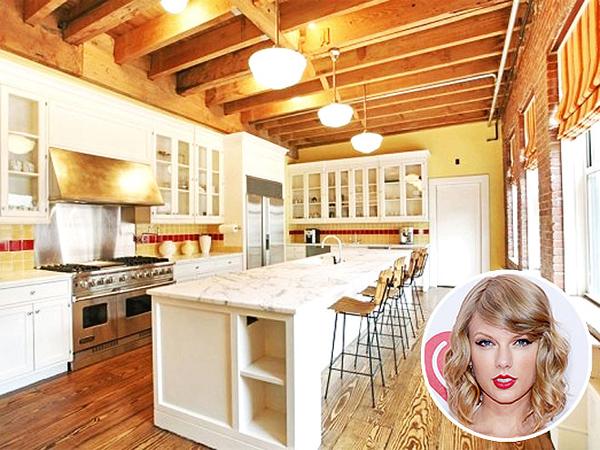 Gian bếp trong căn penthouse 20 triệu USD của công chúa nhạc đồng  quê Taylor Swift có thiết kế vừa hiện đại vừa ấm cúng. Trần được làm   bằng những thanh xà gỗ, tường ốp đá cẩm thạch, cửa sổ to rộng, đón ánh   sáng tự nhiên.