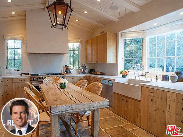 Tài tử Tom Cruise sở hữu căn biệt thư rộng hơn 10.000 m2 ở Los  Angeles. Điểm đặc biệt của ngôi nhà là căn bếp mang phong cách nông   trại ở Italy với tủ bếp và bàn ăn làm bằng gỗ mộc nhưng vẫn đảm bảo   tiện nghi đầy đủ. Cách đây một tháng, ngôi sao Nhiệm vụ bất khả thi   đăng tin rao bán villa sang trọng này với giá gần 13 triệu USD.