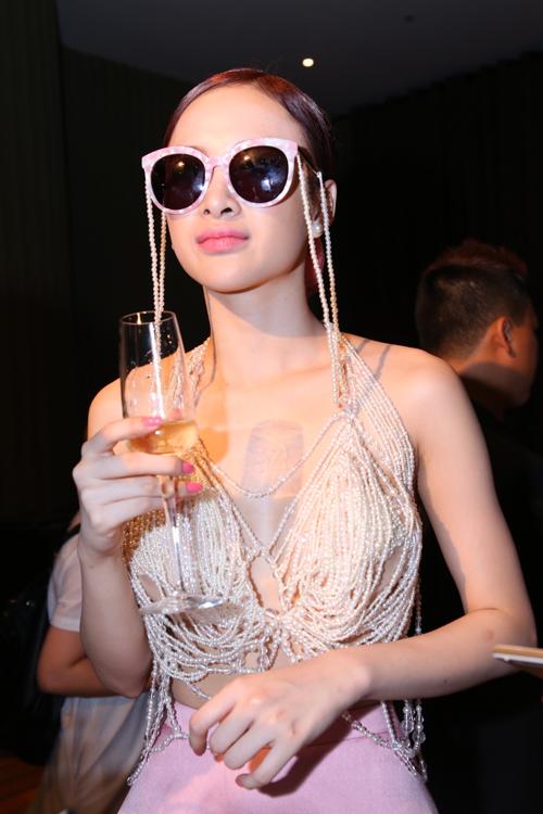 Angela Phương Trinh gây sức hút với trang phục hở bạo được kết hại nhựa cầu kỳ phần ngực áo, đây là mẫu thiết kế mới của nhà thiết kế Lê Thanh Hoà dành cho người đẹp.