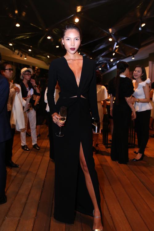 Minh Triệu trung thành với phong cách sexy khi khéo chọn cho mình mẫu váy đen cut out đẹp mắt. Cô cũng là một trong những người mẫu may mắn góp mặt trong bảng đề cử Người mẫu phong cách của năm.