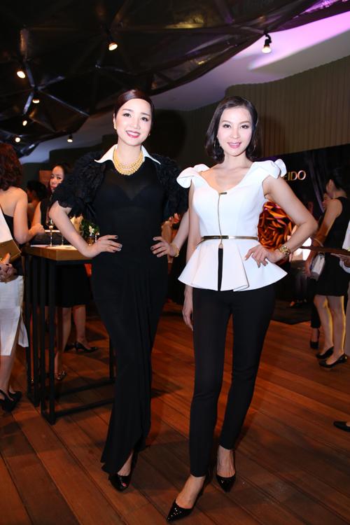 Hai người đẹp Giáng My và Thanh Hai cùng khoe nét thanh lịch với phong cách thời trang cổ điển trên tông màu đen trắng.