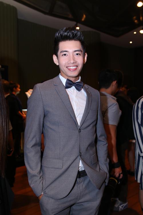 Dancer Quang Đăng lịch lãm cùng vest xám.