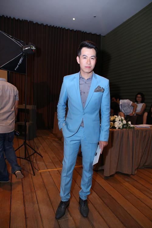 Hồ Trung Dũng - một trong những ứng cử viên của danh sách đề cử Nam ca sĩ phong cách nhất năm chọn cho mình bộ vest xanh bắt mắt.