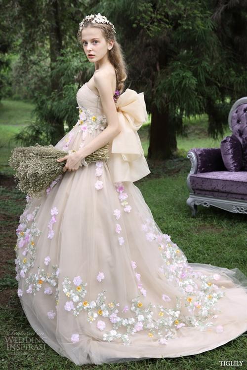 Váy cưới xếp tầng lộng lẫy như công chúa