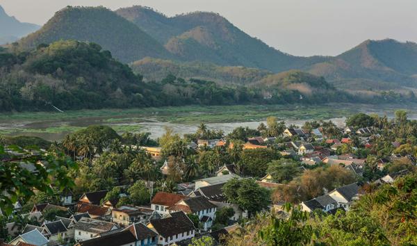 Chiều muộn bạn leo lên đỉnh núi Phuxi ngắm mặt trời lặn sau dãy núi  trên dòng sông  Mê Kông, ngắm toàn cảnh thành phố cùng rất nhiều du khách, thăm chùa cổ với những pho tượng Phật tượng trưng từ thứ 2 đến chủ nhật với nhiều tư thế khác nhau.