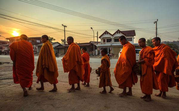 Buổi sáng sớm, những nhà sư đi khất thực trên đường phố, người Lào cung kính dâng món ăn chay& cũng là một hoạt động văn hoá bạn không nên bỏ qua.