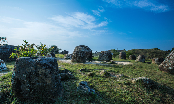 Buổi tối bạn sẽ đến thị trấn Phôn Xa Vẳn, thủ phủ của tỉnh Xiêng Khoảng, sáng sớm đi thăm cánh đồng Chum có những khối đá rỗng kỳ ảo, nghe những truyền thuyết xa xưa, những câu chuyện về tình hữa nghị Việt - Lào trong những năm chiến tranh giải phóng nước  (1964 - 1973 )