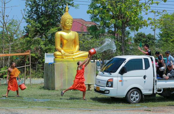 Rời Xiêng Khoảng đi 160 km hướng về cửa khẩu Nậm Cắn (Nghệ An) qua NóongHet, dừng lại các bản ven đường tham gia lễ tắm Phật, lễ té nước rất thú vị. Thăm thác Takha đẹp nhất Thượng Lào cách cửa khẩu 20 km (nếu có thời gian).