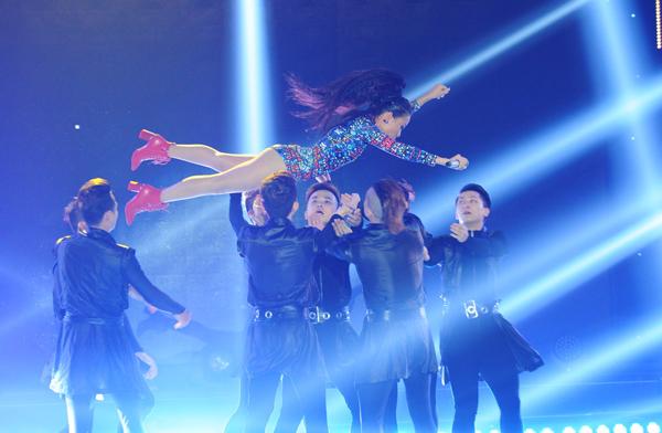 Thảo Trang hát live ổn định dù bị quăng, ném trên sân khấu trong tiết mục 'This love'. Giám khảo Hồng Nhung chia sẻ, chị rất thích Thảo Trang và không hiểu vì sao mọi người lại đặt biệt danh cho cô là 'xấu lạ'. 'Chị Bống' muốn xoá chữ 'xấu' và gọi ca sĩ Idol là 'Thảo Tran lạ'.