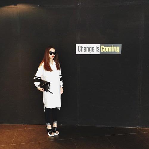 Yến Trang chọn sơ mi dáng dài kết hợp cùng quần jean xắn gấu và các phụ kiện da đen đầy ấn tượng.