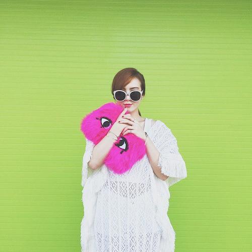 Trong không khí ngột ngạt của những ngày nắng nóng, các mẫu trang phục bó sát và ôm khít eo gần như nhường chỗ cho váy áo phom dáng rộng rãi.
