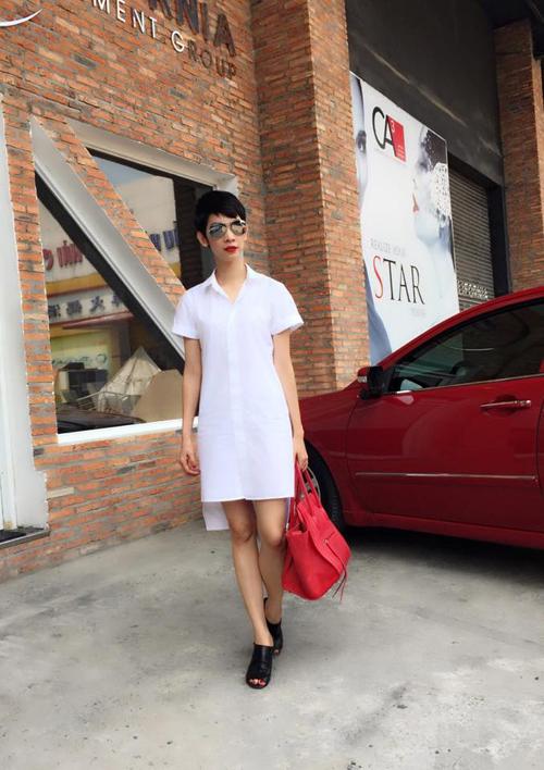 Váy sơ mi trên tông màu trắng cũng là trang phục được siêu mẫu Xuân Lan ưa chuộng.