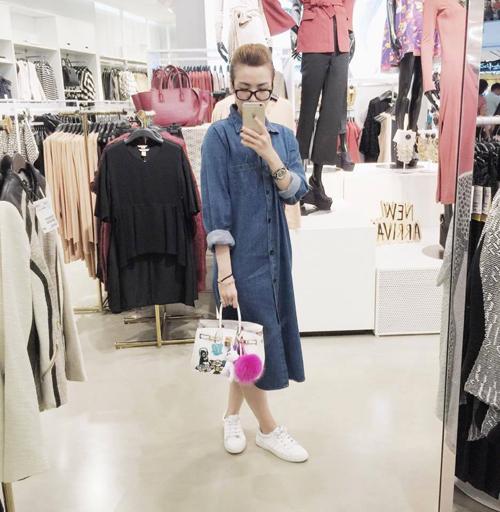 Yến Nhi thể hiện sự cá tính với mẫu váy sơ mi thiết kế trên chất liệu vải denim hợp mùa.