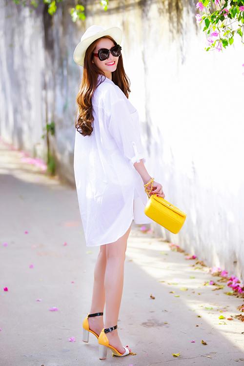 Các mẫu váy sơ mi, sơ mi phom dáng rộng được rất nhiều người đẹp Việt yêu thích ở mùa hè năm nay, trong đó có thể kể đến phong cách trẻ trung và năng động của Linh Chi.