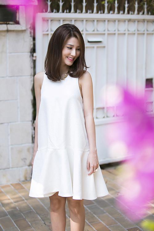 Diễm My 9x nhẹ nhàng với thiết kế váy suông phom dáng rộng trên tông màu trắng.