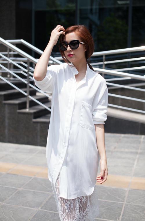 Để tạo điểm nhấn về phong cách thời trang đường phố cho mùa hè năm nay, Hoàng Thuỳ Linh chọn sơ mi oversized kết hợp cùng chân váy xuyên thấu.